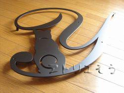 イニシャルYと四葉のクローバーを素敵に組み合わせてデザインしたおしゃれで人気のロートアイアン風アルミ製オーダー妻飾りの写真