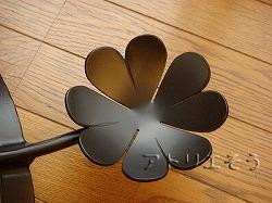 おしゃれで人気のロートアイアン風アルミ製オリジナル妻飾りHタイプにかわいいうさぎとクローバーのモチーフを加えた写真
