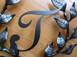 おしゃれで人気のロートアイアン風アルミ製オリジナル妻飾りFタイプにイニシャルTのモチーフを加えた写真