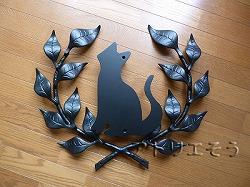 おしゃれで人気のロートアイアン風アルミ製オリジナル妻飾りFタイプに大きな猫のモチーフを加えた写真