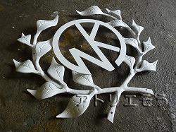 おしゃれで人気のロートアイアン風アルミ製オリジナル妻飾りFタイプ白塗装にイニシャルNKのモチーフを加えた写真
