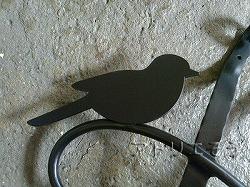 おしゃれで人気のロートアイアン風アルミ製オリジナル妻飾りHタイプに小鳥のモチーフとクローバーを加えた写真