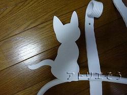 おしゃれで人気のロートアイアン風アルミ製オリジナル妻飾りHタイプ白塗装にかわいい猫のモチーフを加えた写真