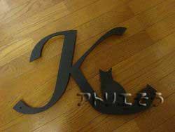 イニシャルKと猫を組み合わせてデザインしたおしゃれで人気のロートアイアン風アルミ製オーダー妻飾りの写真