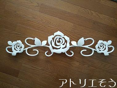 白塗装の薔薇の妻飾り 。アルミ製妻飾り。