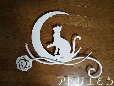 猫と薔薇妻飾り③ 。錆に強いステンレス製妻飾り。白塗装